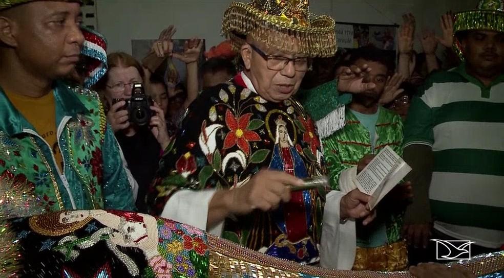 Padre Haroldo Cordeiro, o 'padre boieiro', em batizado do Boi de Maracanã — Foto: Reprodução/TV Mirante