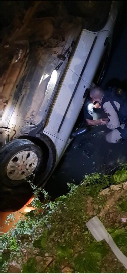Homem é resgatado com vida após veículo capotar em Ribeirão das Neves, na Grande BH