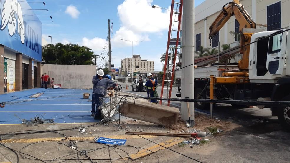 Técnicos da Cosern e de uma TV a cabo estiveram no local após o acidente para consertar os danos — Foto: Sérgio Henrique Santos/Inter TV Cabugi