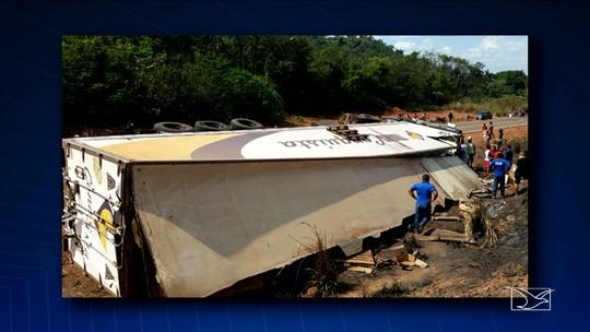 Carreta tomba em curva e motorista fica ferido na BR-222 no Maranhão