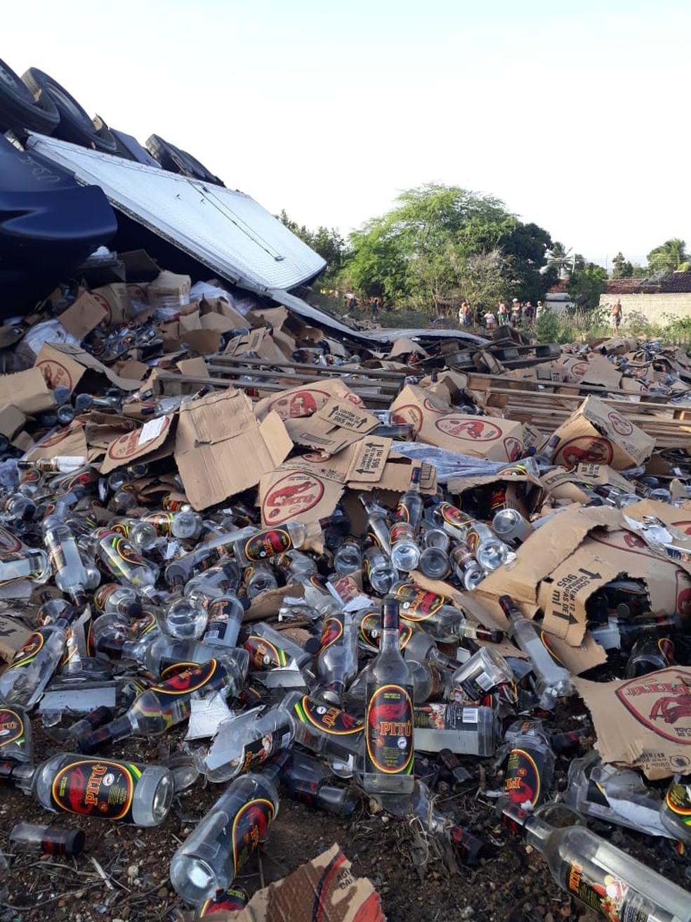 Carga do caminhão capotado são jogadas no chão com o impacto do acidente em Igaci, AL — Foto: BPRv