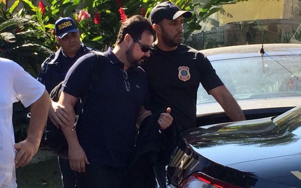 Ex-secretário de Obras, Alexandre Pinto, no momento de sua prisão na Zona Oeste do Rio, na quinta-feira (3) (Foto: Cristina Boeckel / G1)