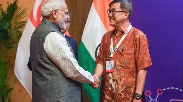 Jack Sim com o primeiro ministro da Índia, Narendra Modi, que fez um grande investimento na construção de banheiros depois do contato (Foto: Divulgação)