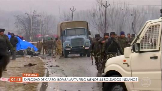 Explosão de carro-bomba mata pelo menos 44 soldados indianos na Caxemira