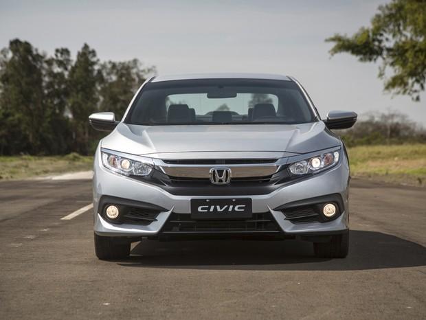Enorme grade cromada do novo Civic parece ter sido retirada de um Acura (Foto: Fabio Aro/Autoesporte)