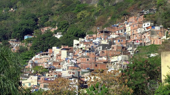 Moradores da Rocinha relatam extorsão praticada por traficantes que controlam a comunidade