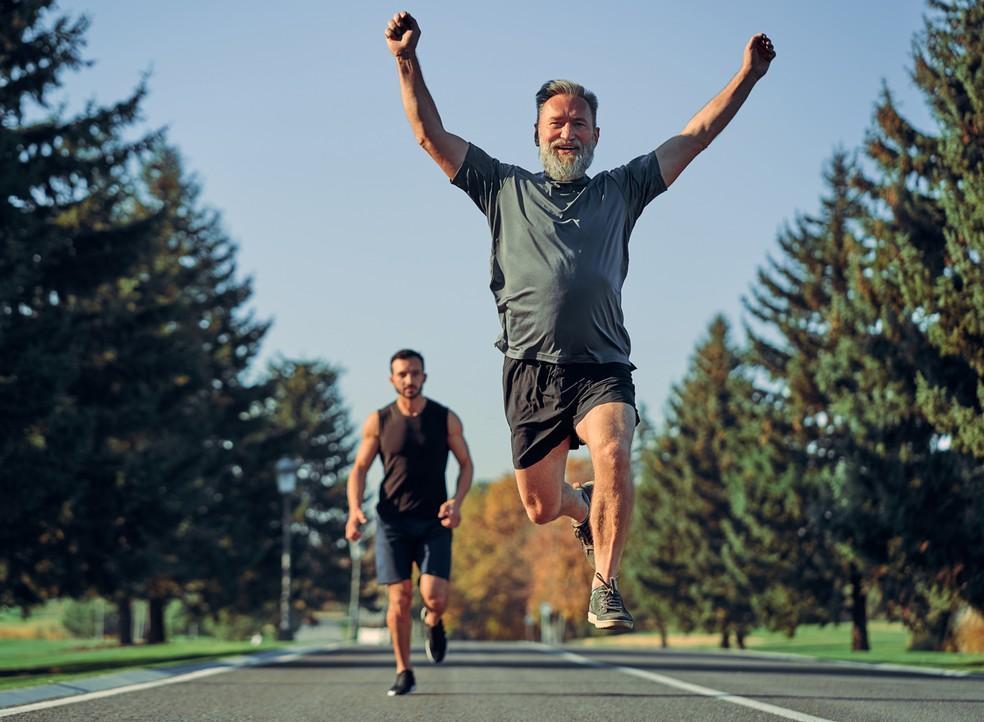 Adulto jovem e idoso corrida exercícios eu atleta — Foto: Istock Getty Images