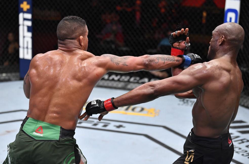 Gilbert Durinho acertou golpe forte em Kamaru Usman no primeiro round — Foto: Getty Images