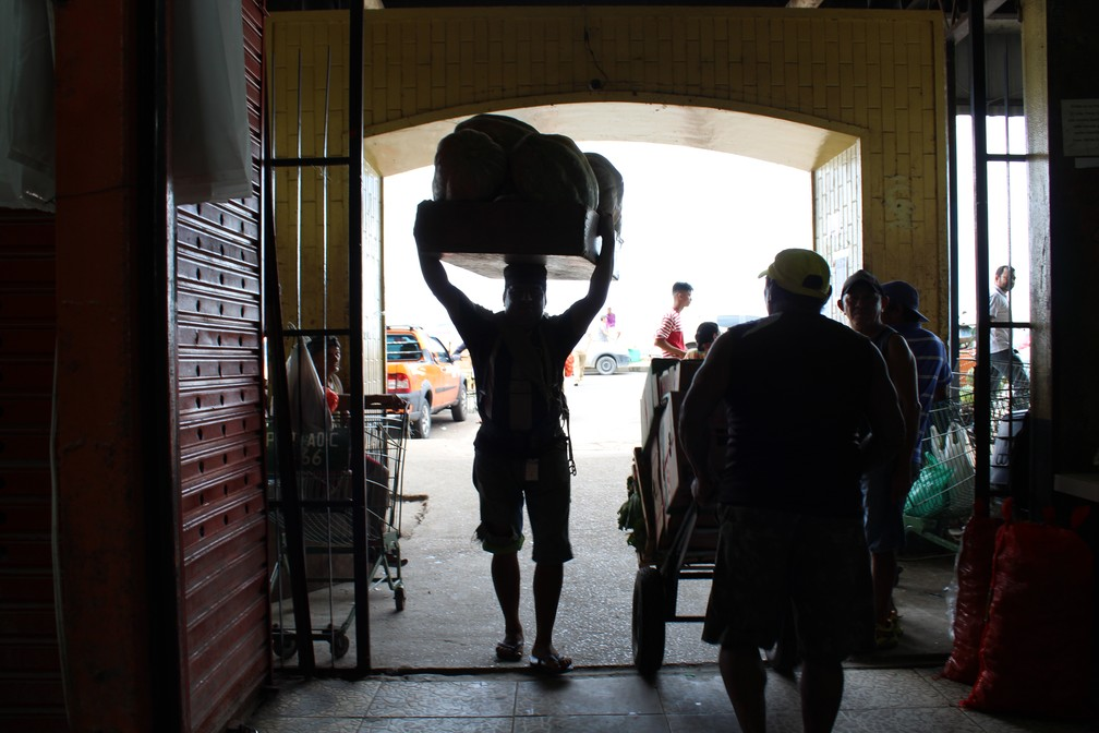 Dezenas de quilos são carregados por vez por carregadores de mercadorias no Centro de Manaus (Foto: Leandro Tapajós/G1 AM)
