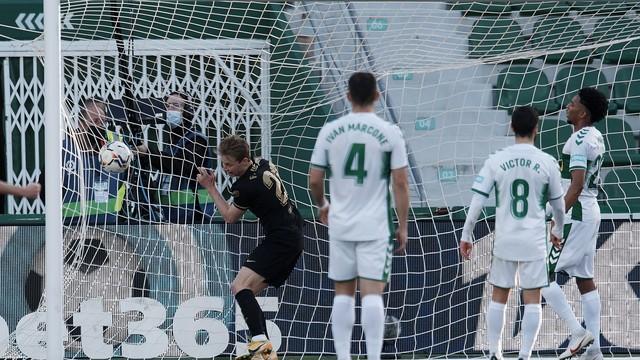 De Jong entrou no gol com bola e tudo na partida do Barcelona contra o Elche