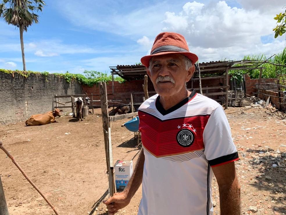 Luiz Carlos Bezerra, 59 anos, teve bicicleta roubada no Bairro Passaré, em Fortaleza. — Foto: Almir Gadelha/ SVM