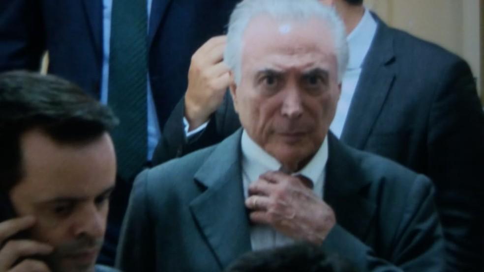 O ex-presidente Michel Temer ao ser levado para a prisão — Foto: Abraão Cruz/TV Globo