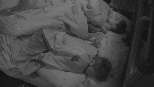 Paula e Breno dormem no Quarto Submarino