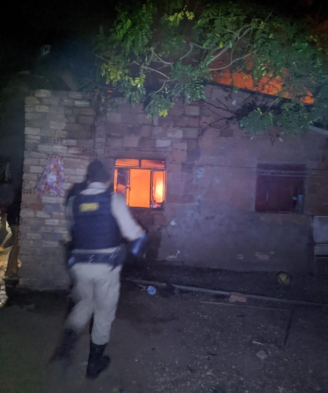 Policiais militares e vizinhos controlaram às chamas — Foto: Polícia Militar/ Divulgação