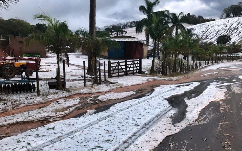Chuva de granizo muda paisagem no campo e enche ruas de gelo em cidades do Sul de MG — Foto: Alessandro Alderigi dos Reis