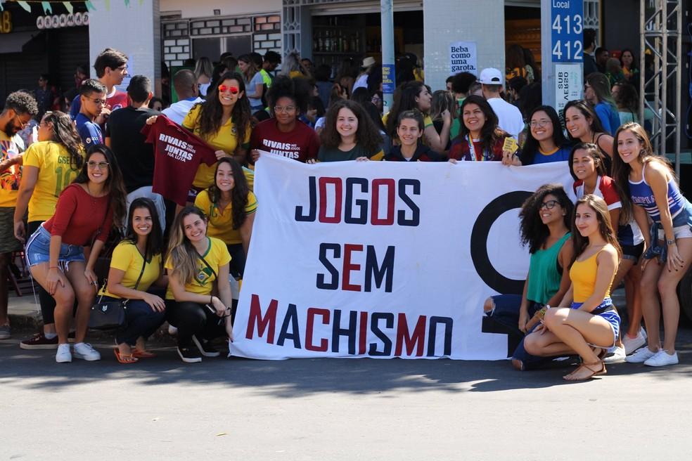 Torcida de mulheres organizada pela 'Marca-Protesto Peita', se reúnem em bar no DF — Foto: Laíse Caldeira
