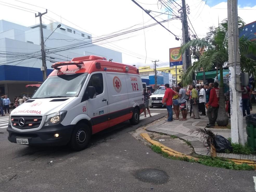 Samu foi acionado e socorreu o homem baleado ao Hospital Walfredo Gurgel em estado grave — Foto: Lucas Cortez/G1
