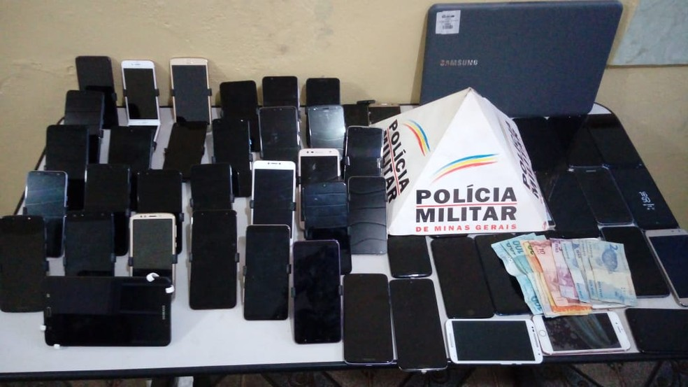 PM recupera produtos furtados de loja de departamento no Centro de Frutal — Foto: Polícia Militar/Divulgação
