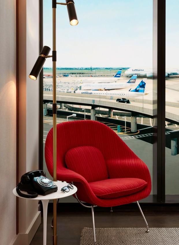 Toques de cor aparecem nos sofás vibrantes da recepção e em móveis futuristas nos quartos (Foto: David Mitchell/ Reprodução)
