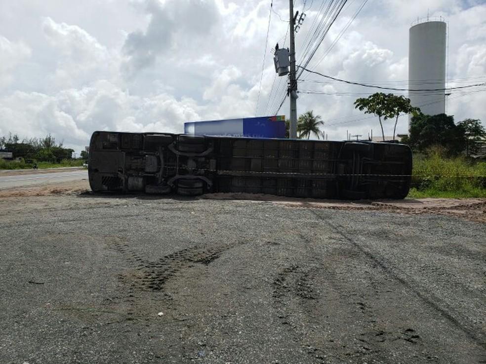 Ônibus derrapou na pista e tombou na BR-101, em Paulista, na Região Metropolitana do Recife, neste domingo (6) (Foto: PRF/Divulgação)