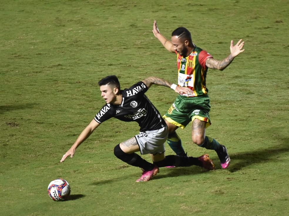 Gabriel Pec iniciou 10 jogos, mas ainda tenta se firmar. Contra o Botafogo, ele começou no banco — Foto: André Durão/ge