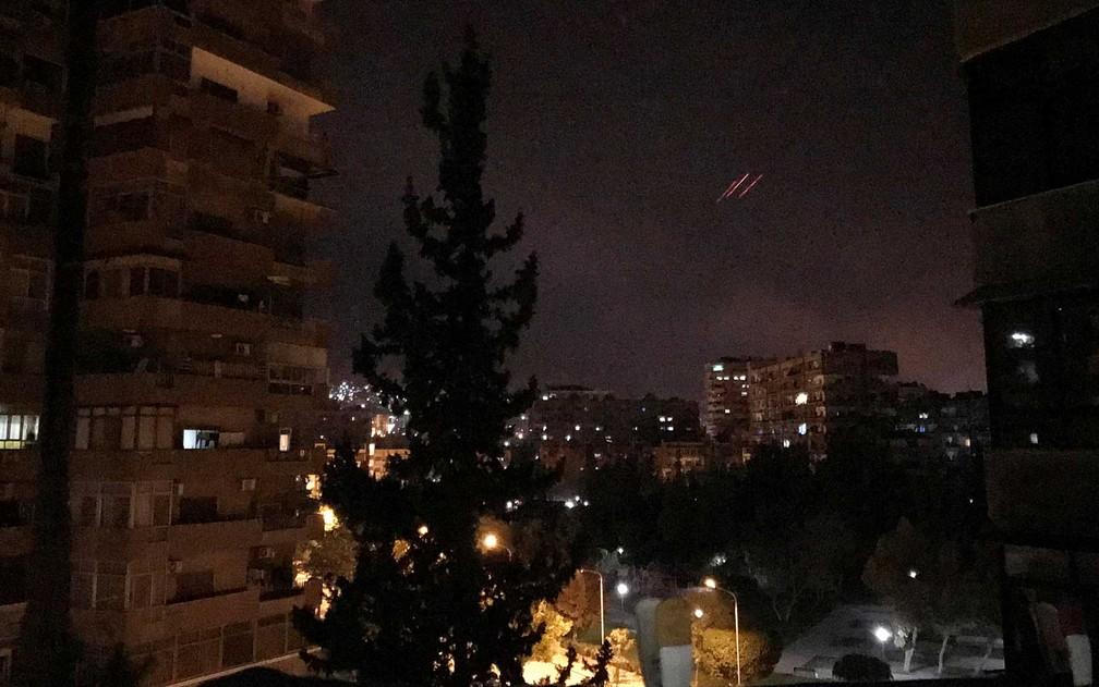 Fogo antiaéreo do governo sírio em sobre Damasco (Foto: Feras Makdesi / Reuters)