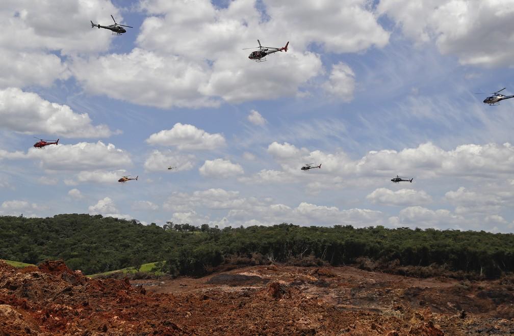 1º de fevereiro - Helicópteros dos bombeiros jogam rosas em homenagem as vítimas da tragédia em Brumadinho — Foto: Andre Penner/AP