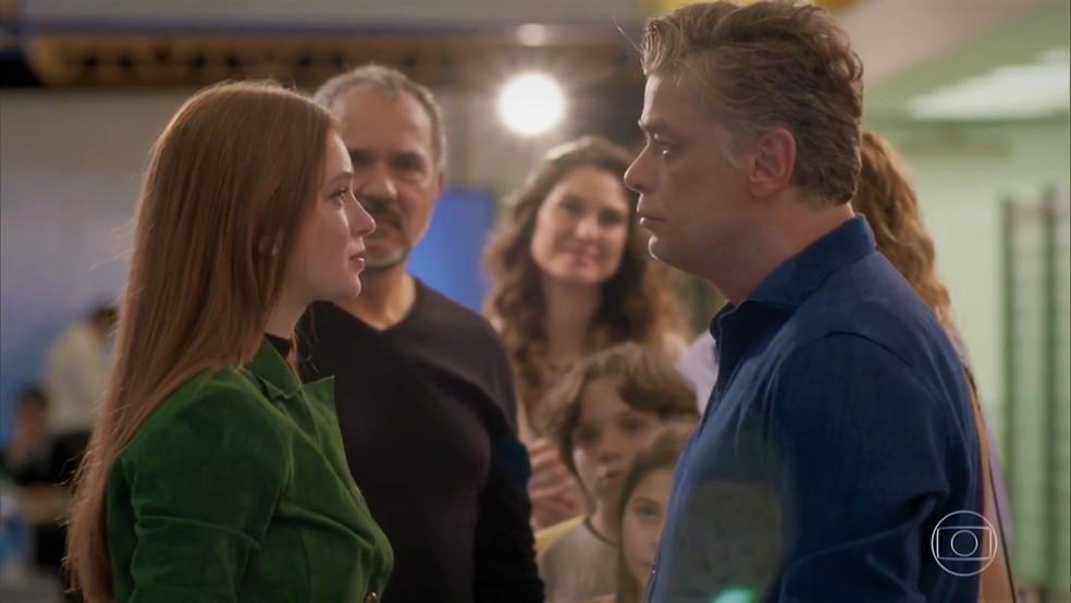 Eliza (Marina Ruy Barbosa) agradece atitude de Arthur (Fábio Assunção) — Foto: TV Globo