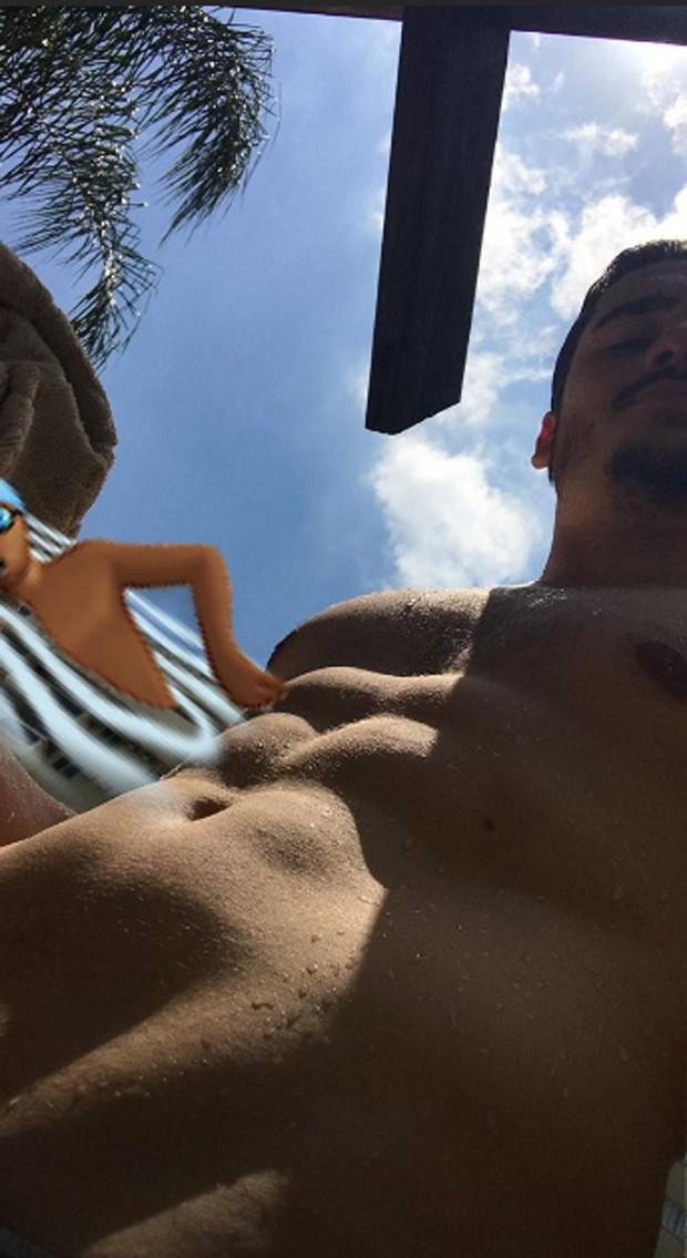 Nicolas Prattes e seu tanquinho (Foto: Reprodução Instagram)