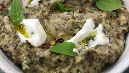 Aprenda a fazer babaganouch, a pasta de berinjela árabe