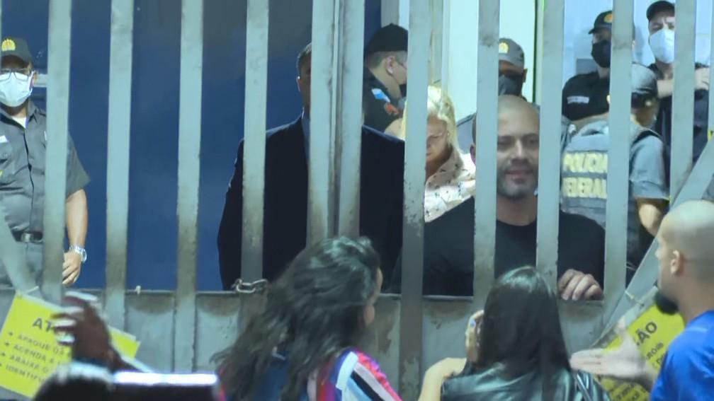 Daniel Silveira circula por batalhão prisional da PM e conversa com apoiadores — Foto: Reprodução/GloboNews