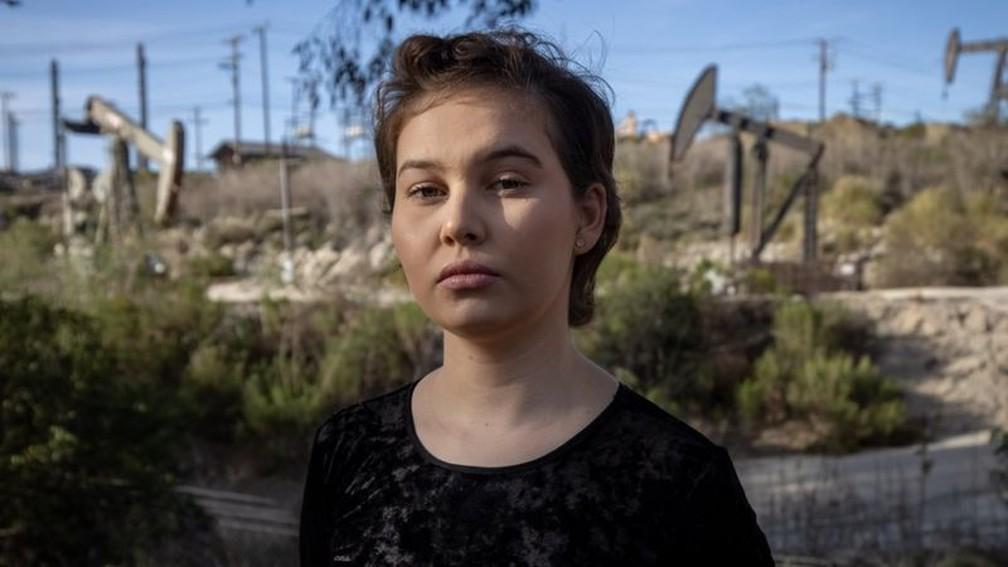 Nalleli Cobo cresceu a poucos metros de um poço de petróleo em Los Angeles — Foto: CHRISTIAN MONTERROSA/BBC