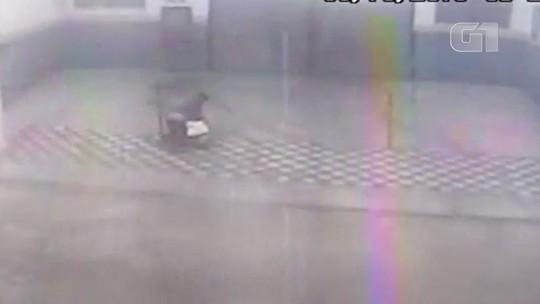 VÍDEO: Homem é espancado por mulher na rua em Jacareí, SP