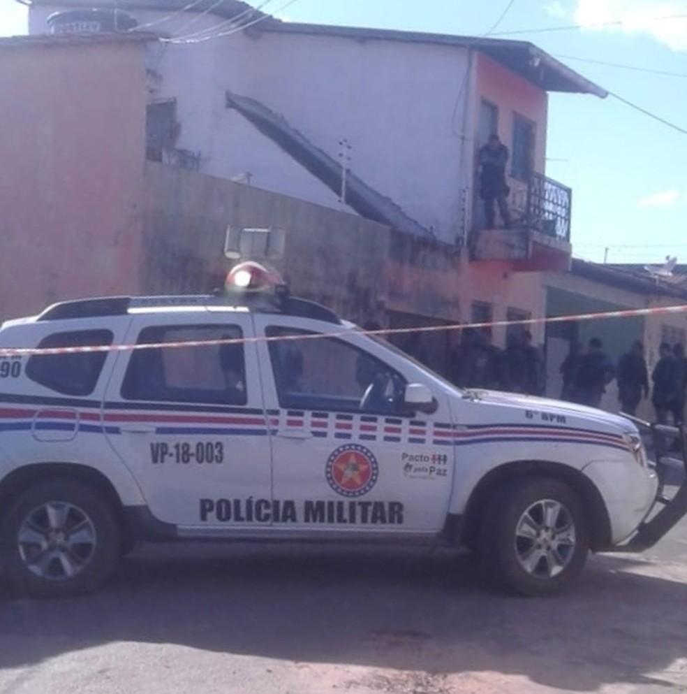 Dezenas de policiais cercaram a região e aguardavam a rendição do bandido na tarde desta terça-feira (12), em São Luís (Foto: Divulgação/Polícia Militar)