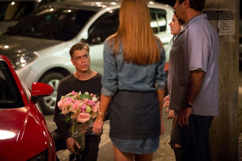 Arthur (Fábio Assunção) fica sem jeito com não de Eliza (Marina Ruy Barbosa) — Foto: Fabiano Battaglin / Gshow
