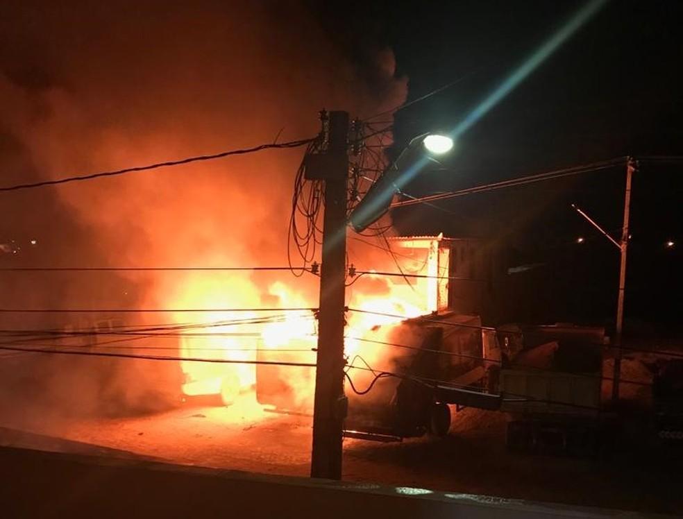 Ônibus foram incendiados no pátio da Prefeitura de Jucás, no interior do Ceará, em meio a onda de ataques no estado — Foto: TV Verdes Mares/Reprodução