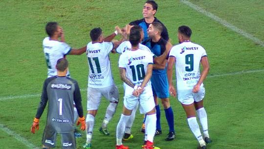Botafogo x Portuguesa: árbitro marca pênalti, vê jogador se preparar e... volta atrás