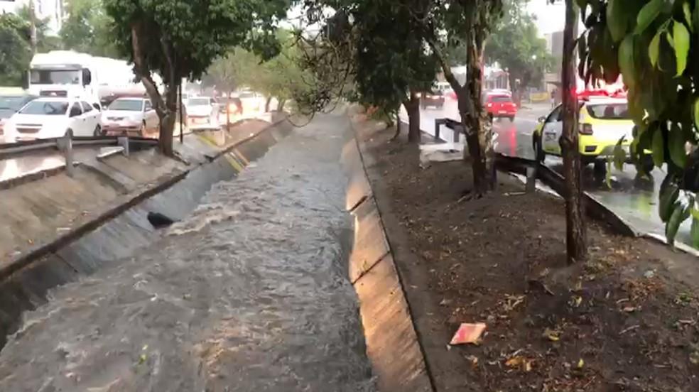 Chuvas causam transtornos em Campina Grande  — Foto: Artur Lira/TV Paraíba