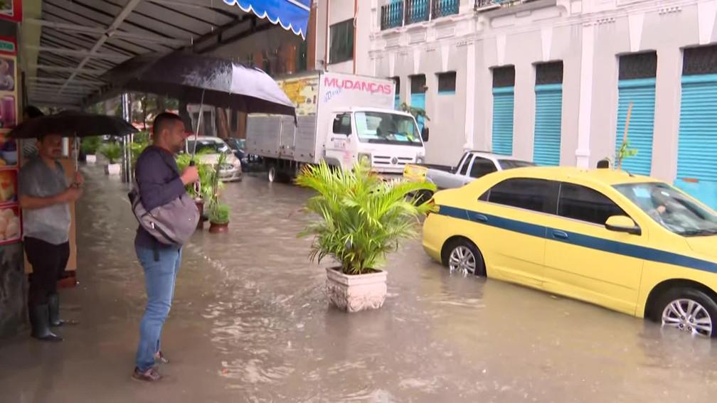 Poucos motoristas se arriscavam a passar pela esquina das ruas do Catete com Silveira Martins, na Zona Sul do Rio — Foto: Reprodução/ TV Globo