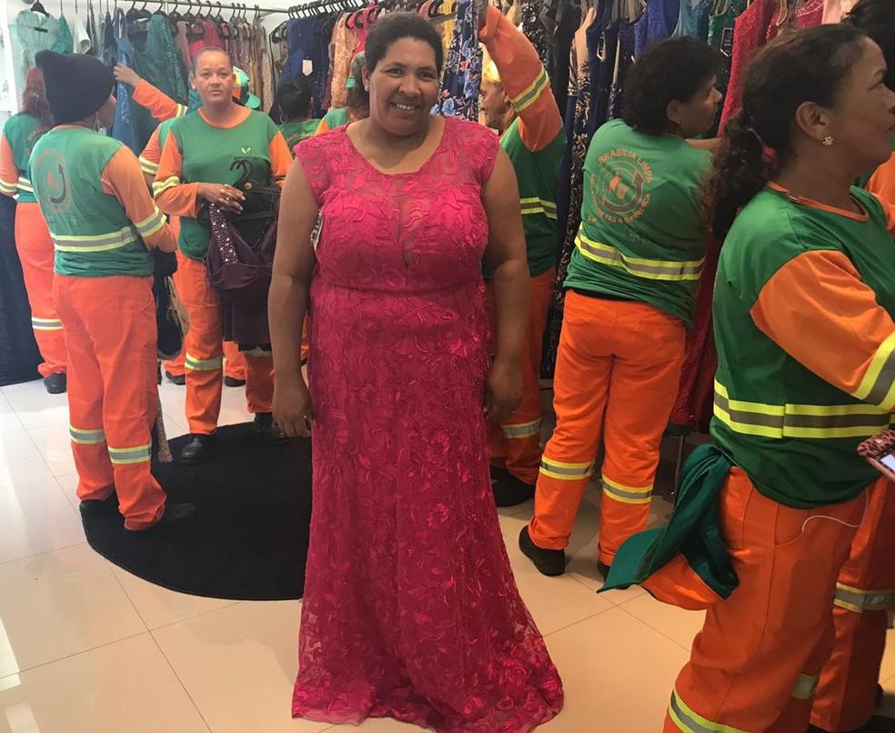 Marina posa com o vestido escolhido para a festa de formatura que acontece na quarta-feira (5).  — Foto: Hamanda Viana/G1