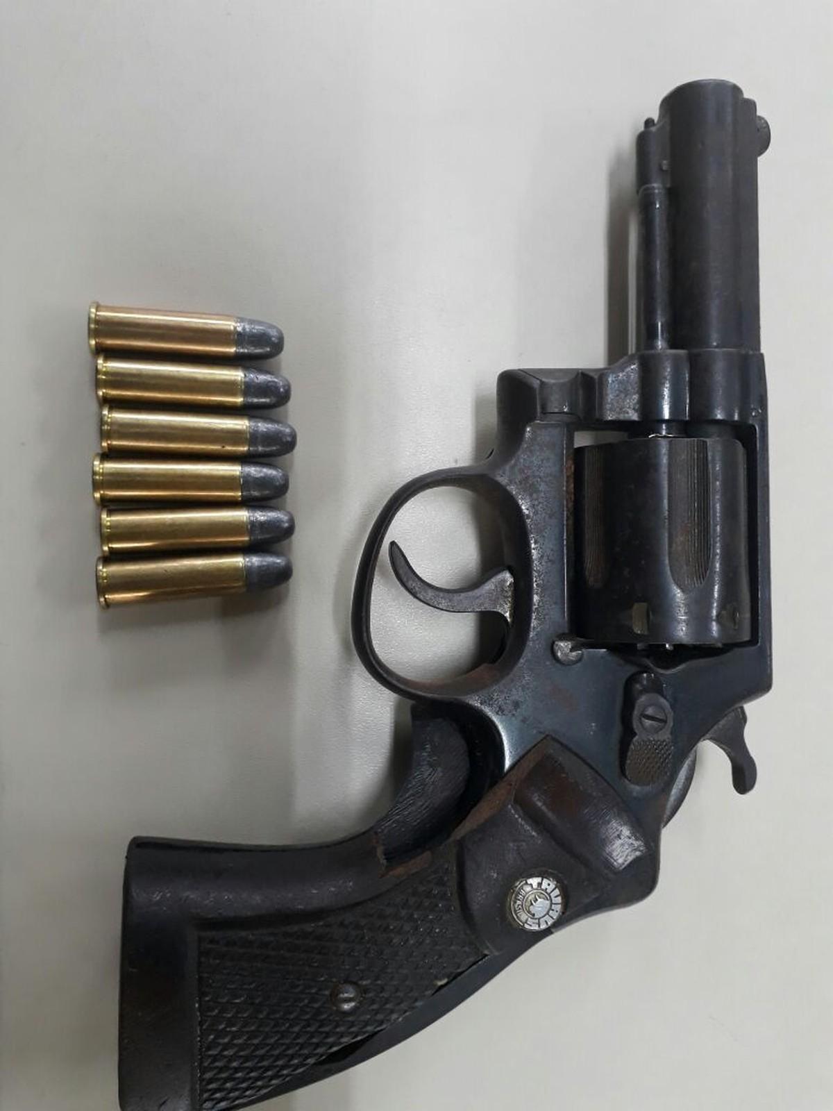 Homem é detido com arma em área rural de Cabo Frio, no RJ