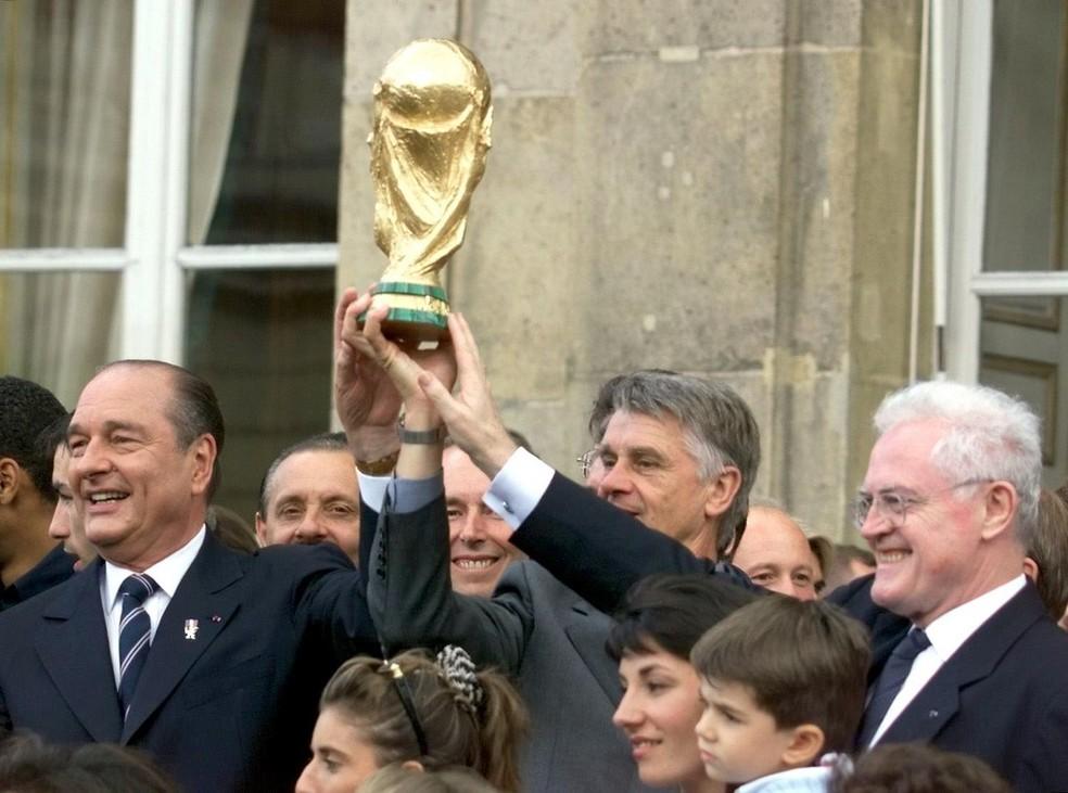 Jacques Chirac em 14 de julho de 1998, após a França conquistar a Copa do Mundo — Foto: Gabriel Bouyos/AFP