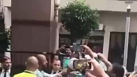 Vídeos: Felipe Melo desce do ônibus e vai conversar com torcedor que criticava jogadores do Palmeiras na Argentina