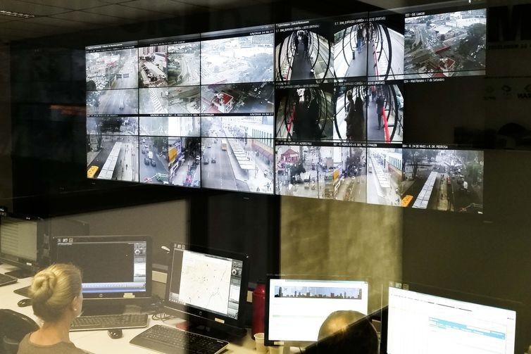 Centro de controle coordena a frota de ônibus de Curitiba por meio de câmeras e GPS (Foto: Paulo Victor Chagas/Agência Brasil)
