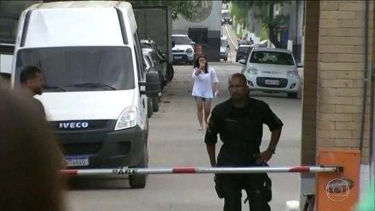 Mulher que passou 11 dias presa injustamente deixa a cadeia, no Rio
