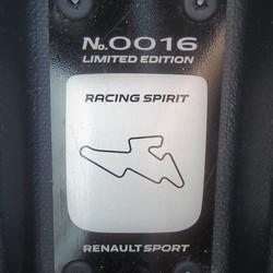 Placa com a numeração da série especial Racing Spirit do Renault Sandero RS