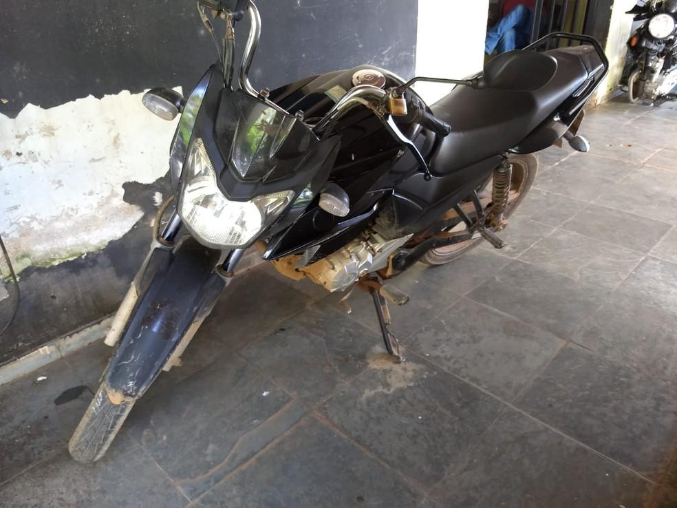 Moto usada no assassinato do comerciante em Porto Velho — Foto: Diêgo Holanda/G1