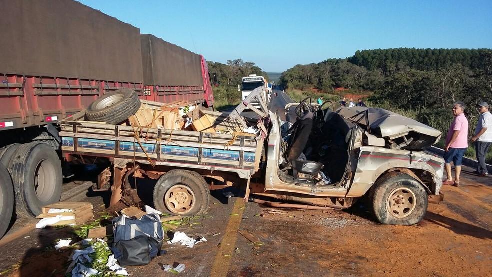 Cabine da caminhonete ficou totalmente destruída após acidente em Claro dos Poções (Foto: Polícia Rodoviária Federal/Divulgação)