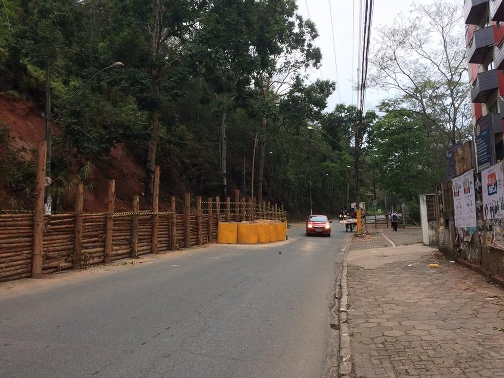-  Avenida Marechal Castelo Branco está parcialmente interditada após deslizamento de encosta  Foto: Prefeitura de Viçosa/Divulgação