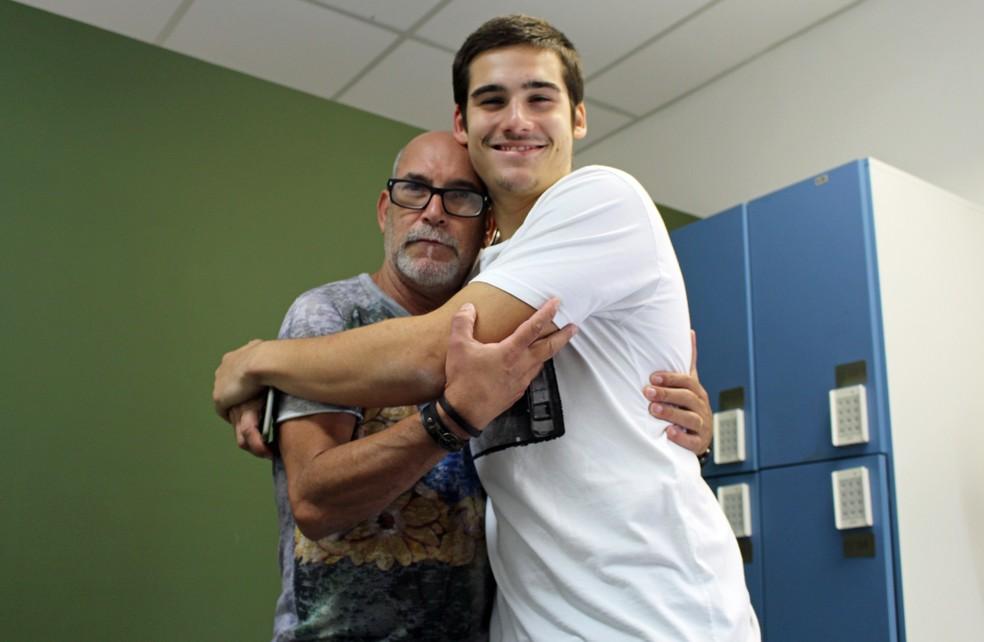 Nicolas Prattes posa no camarim com o camareiro Almir (Foto: TV Globo)